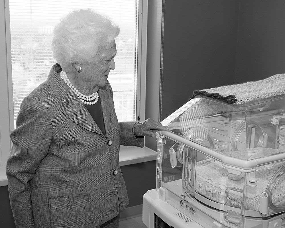 Mrs. Bush tours MMC's Family Birth Center